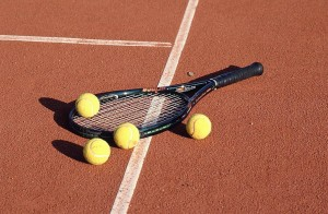 tennis-raquet-with-red-clay-court